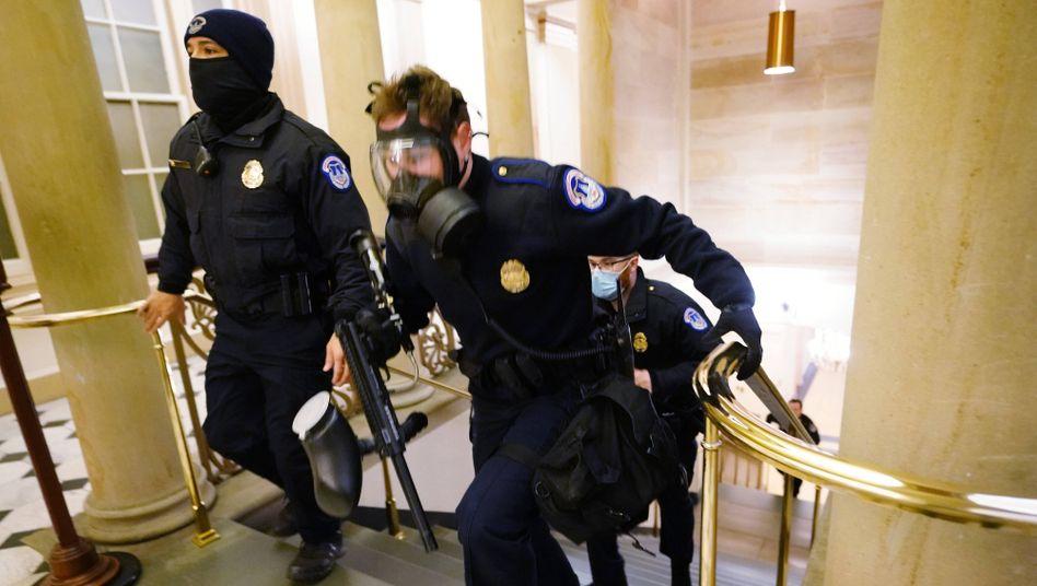 Polizisten der National Guard sichern das Kapitol am Abend des 6. Januar