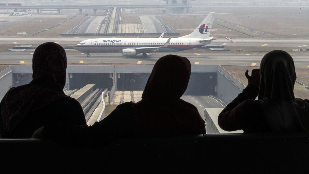 Angehörige von Flugzeugpassagieren: Tränen und Verzweiflung