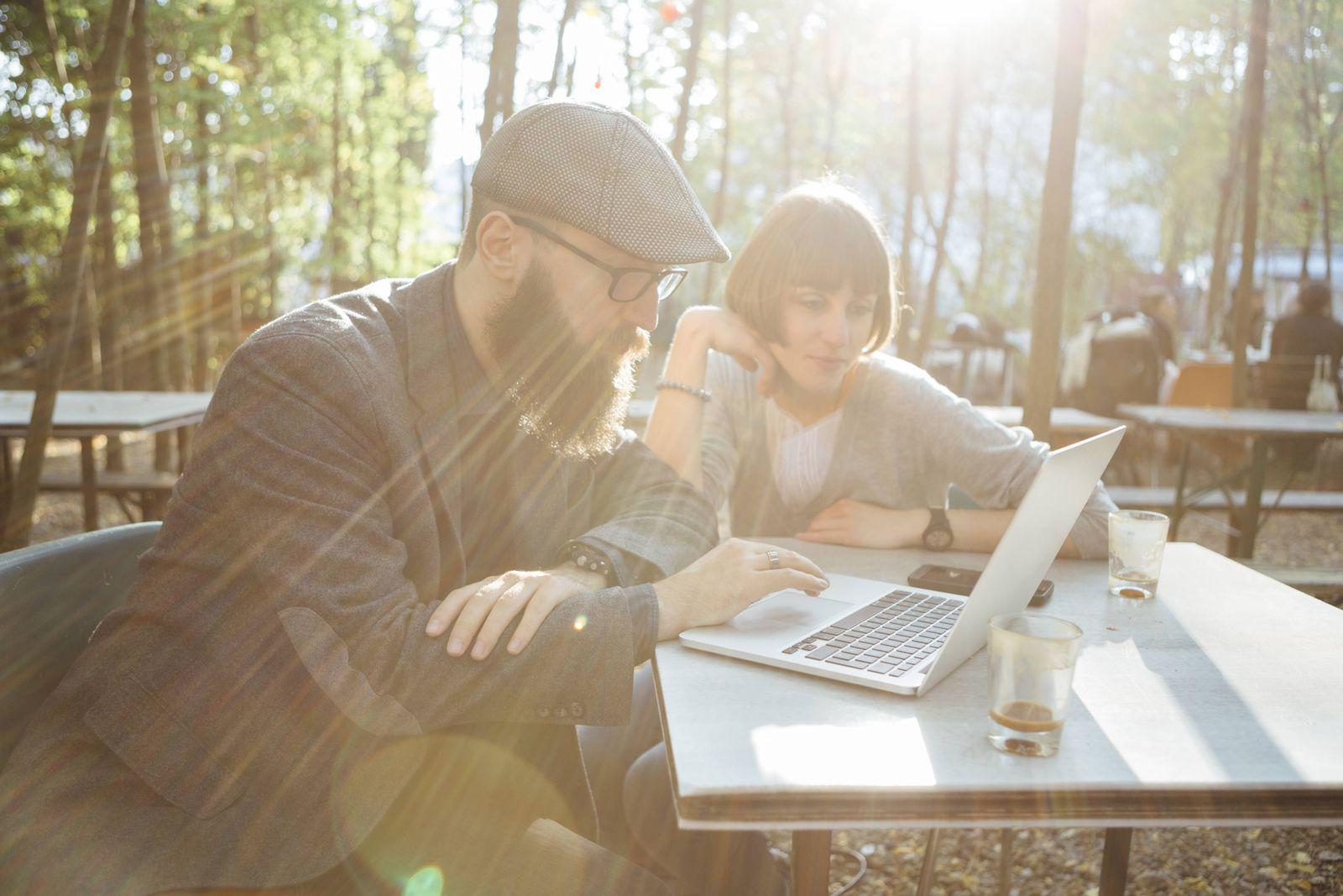 EINMALIGE VERWENDUNG Wlan Hotspot Hipster Laptop