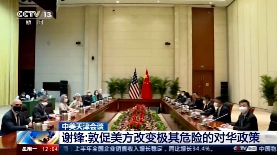 Ein Bild aus einem Video des chinesischen Staatsfernsehens zeigt das Treffen der US-amerikanischen und der chinesischen Delegationen