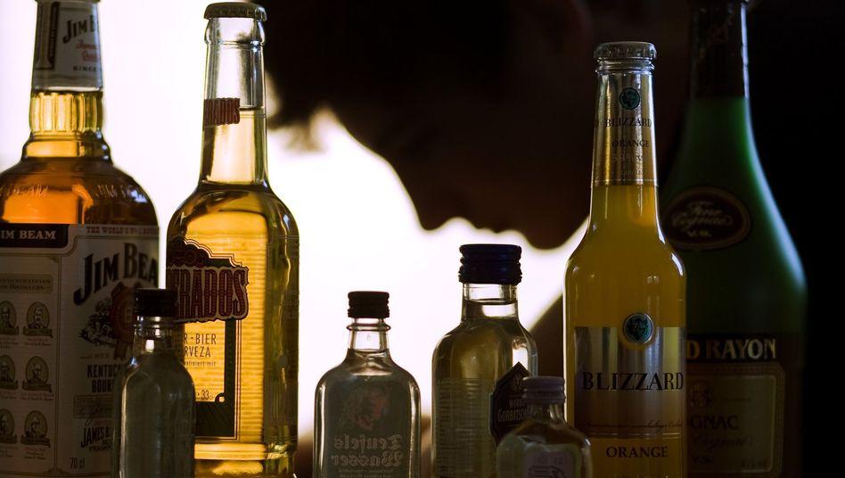 Jugendlicher mit Alkohol (Symbolbild): Weniger Komasäufer