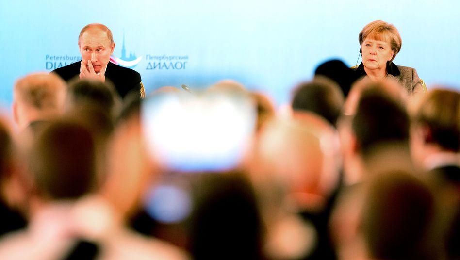 """Russlands Präsident Putin, Kanzlerin Merkel 2012 in Moskau beim Petersburger Dialog: """"Deutlich weniger finanzielle Mittel"""""""