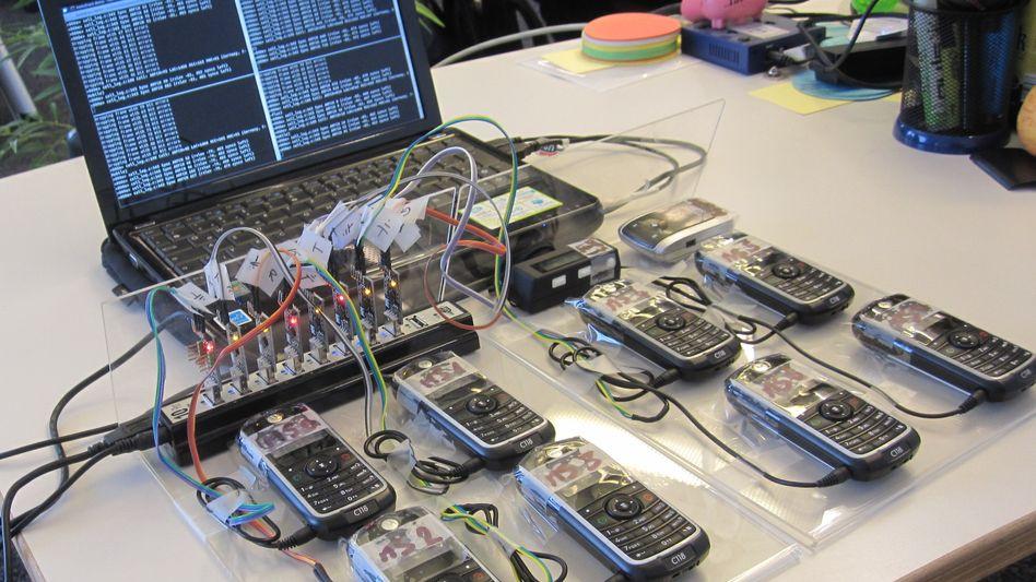 Veränderte Handy-Software im Versuchsaufbau: Handelsübliche Telefone eignen sich, um den Empfang anderer zu blockieren