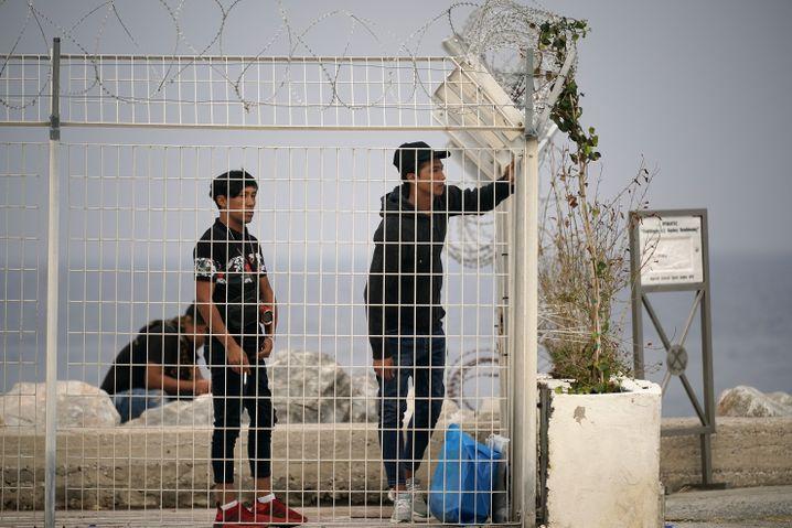 Traum von Europa: Migranten auf Lesbos schauen hinüber zu den Fähren, die zum Festland fahren