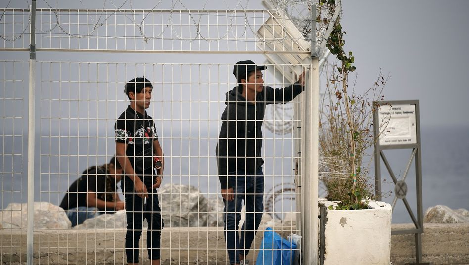 Migranten am Fährhafen von Lesbos: Griechenland will Asylverfahren beschleunigen und 20.000 Menschen von den Inseln holen