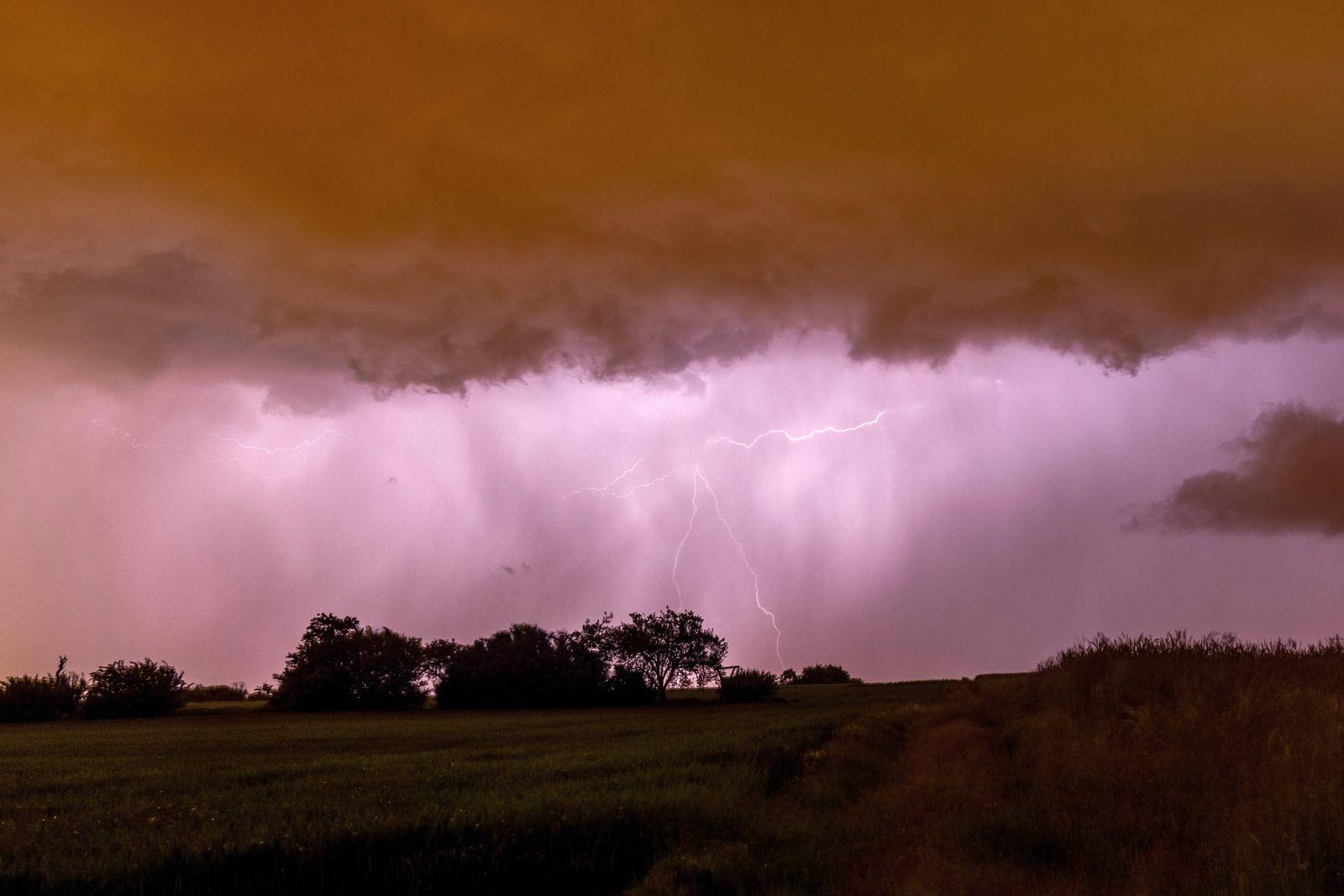 News Themen der Woche KW22 News Bilder des Tages Gewitter im Taunus 04.06.2021, Kronberg (Hessen): Der Blitz eines Gewit