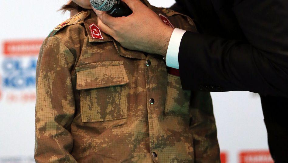 Recep Tayyip Erdogan küsst das weinende Mädchen
