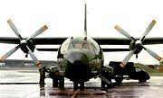 Ein deutscher Soldat betankt eine der Transall-Maschinen für den Flug nach Osttimor