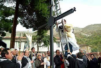 Ofena: Riesiges Kreuz auf dem Schulhof