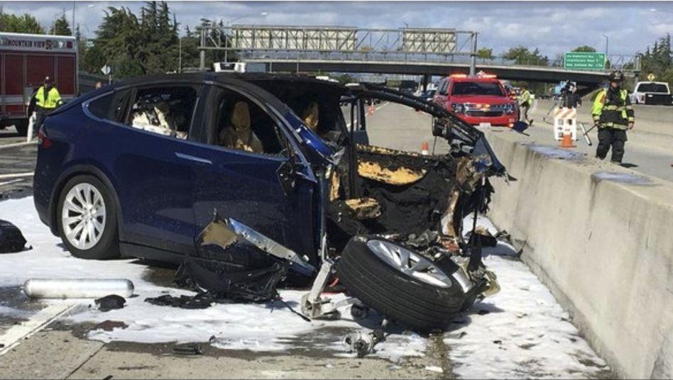 Unfall mit einem Tesla-Elektroauto bei Mountain View
