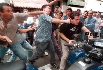 Die Nerven liegen blank. Hier prügeln Gewerkschafter auf einen Mann ein. Viele Argentinier haben wegen der schweren Krise im Land Angst vor der Zukunft und werfen der Regierung von Präsident de la Rúa Versäumnisse bei der Überwindung der Rezession vor