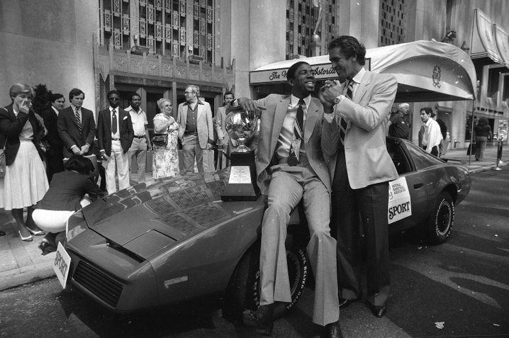 Qui si celebrava anche lo sport: la leggenda del basket Magic Johnson (a sinistra) davanti alla Waldorf Astoria (1982)