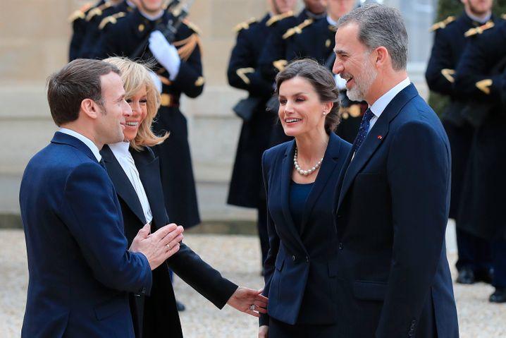 Die Macrons bei der Begrüßung des spanischen Königspaares