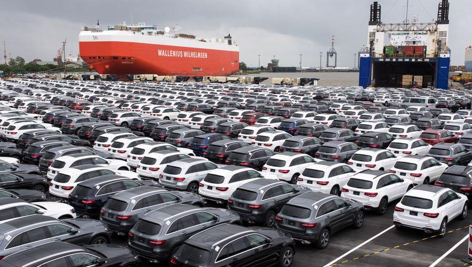 Neuwagen von Mercedes auf einem Autoterminal in Bremerhaven