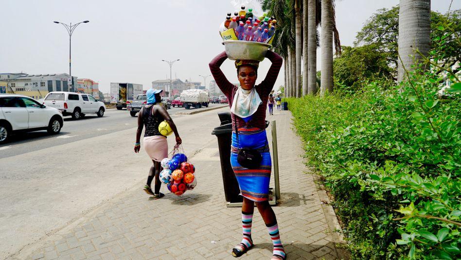 Anja Tubeta, 28, verkauft jeden Tag Wasser und Softdrinks in Ghanas Hauptstadt Accra. Der dreiwöchige Lockdown hat sie um ihre geringen Ersparnisse gebracht