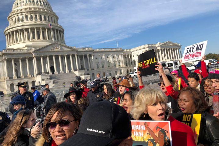 Jane Fonda mit Umwelt-Demonstranten vor dem US-Kapitol