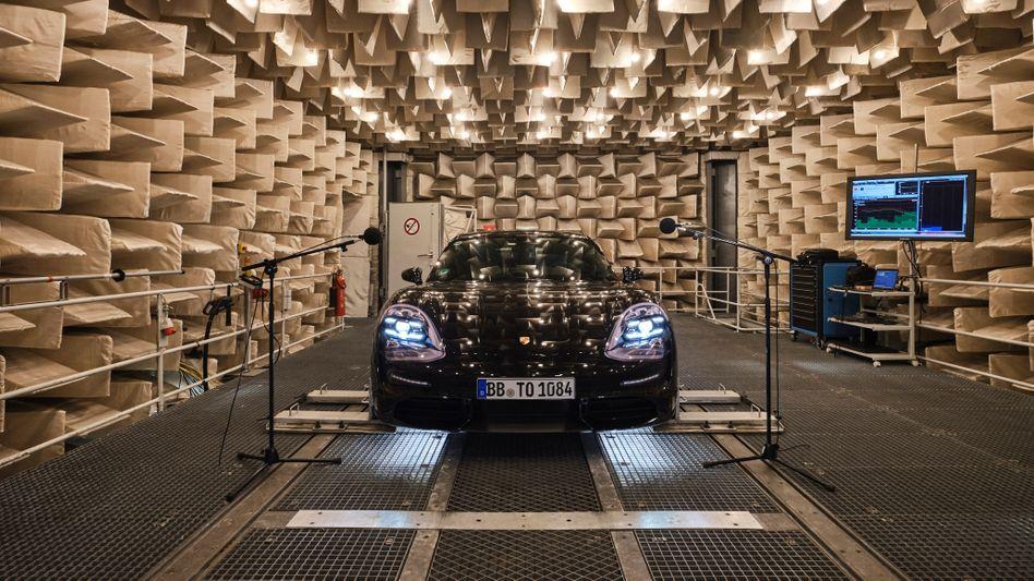Ein Auto im Tonstudio. Neue Elektrofahrzeuge müssen ab 1. Juli schon beim Anfahren einen deutlich hörbaren Klang von sich geben. Viele Hersteller kreierten dazu spezielle Sounds.