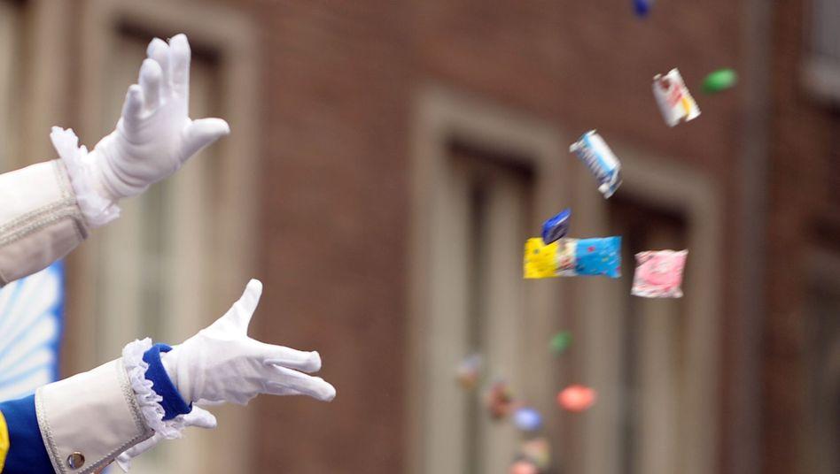 Kamelle werfen beim Straßenkarneval