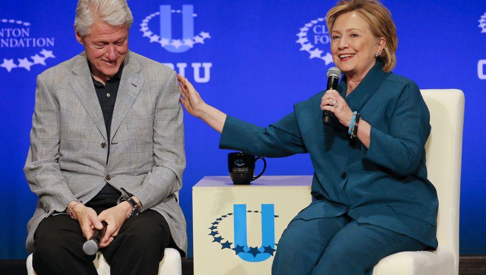 Bill und Hilllary Clinton (Archivbild): Russische Gelder für ihre Stiftung