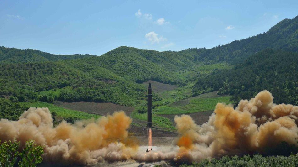 Von Nordkorea veröffentlichtes Bild, das den Raketenstart am 4. Juli 2017 zeigen soll