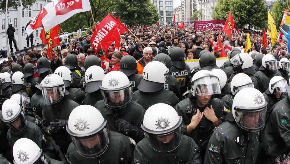 Blockupy: Polizisten mit Konfetti und Demonstranten (Archivbild)