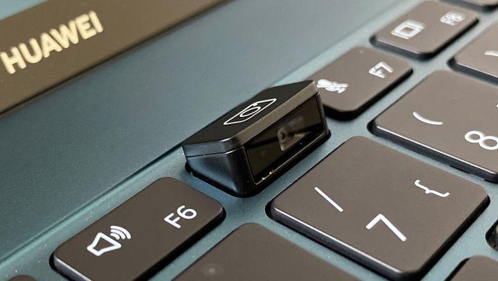 Die Webcam des Matebook X Pro: Links gut versteckt in der Tastatur, rechts ausgefahren für Aufnahmen in Brust-Bauch-Perspektive