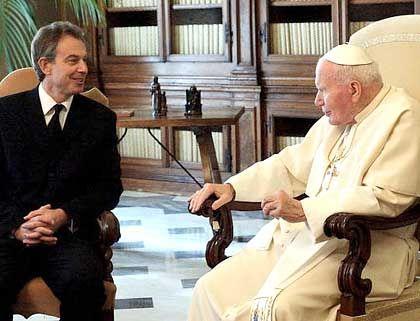 Kritik am gottgefälligen Betbruder: Der britische Premier Tony Blair beim Papst
