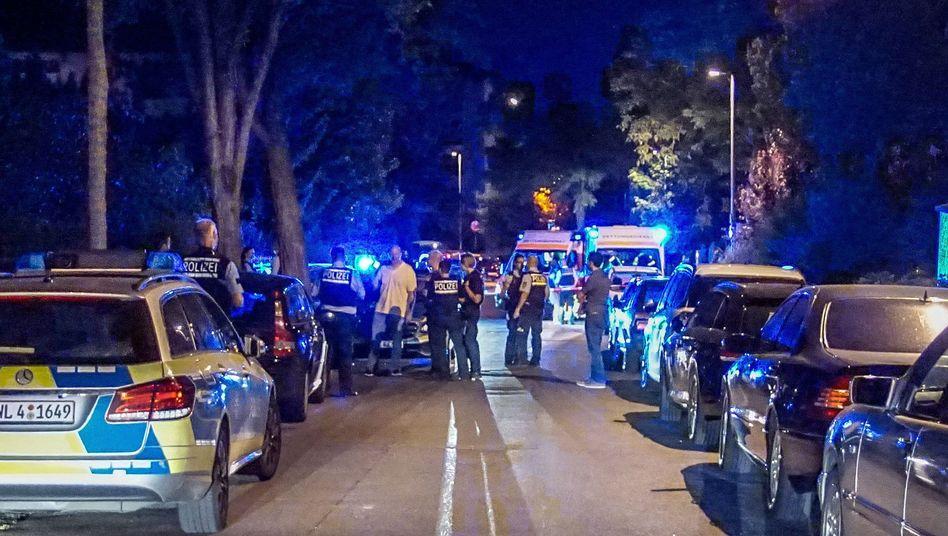 Böblingen: Einsatzkräfte der Polizei sichern in der Nacht den Tatort