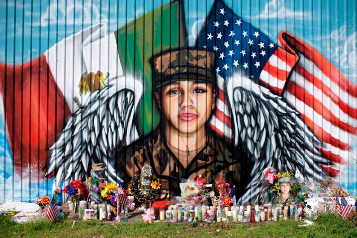 Kerzen und Blumenkränze vor dem Konterfei der ermordeten Soldatin Vanessa Guillen