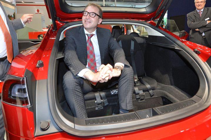 Alexander Dobrindt am Stand von Tesla Motors auf der Leipziger Automesse