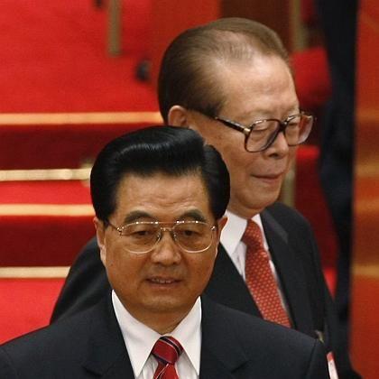"""Hu Jintao (vorn, dahinter Vorgänger Jiang Zemin): An der """"korrekten politischen Ausrichtung festhalten"""""""