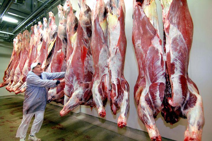 Rinderhälften in einem Schlachthof in Norddeutschland