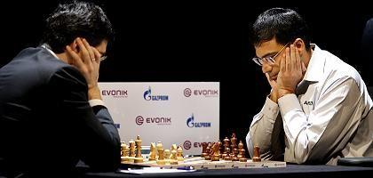 Anand (r.), Kramnik (l.) Fehler im 33. Zug