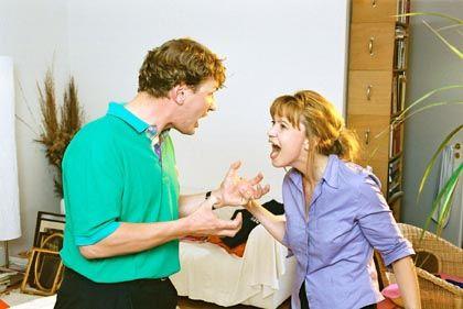 Ein Paar streitet sich: das tut nicht nur der Beziehung gut, sondern auch der eigenen Gesundheit.