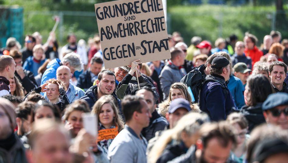 """Grundrechte sind Abwehrrechte gegen den Staat"": Protest gegen die Corona-Beschränkungen in Stuttgart"