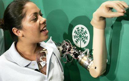 Claudia Mitchell mit Armprothese: Greifen und fühlen dank neu verlegter Nerven