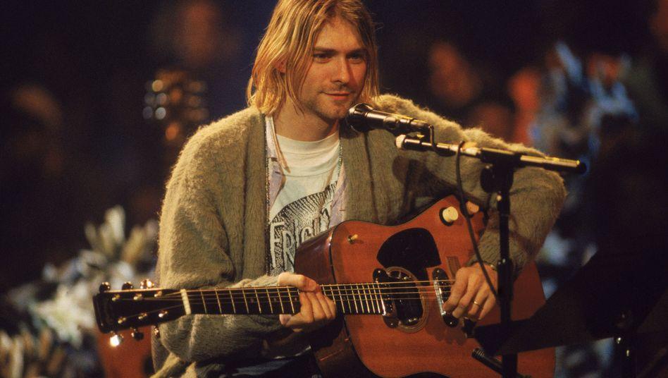 """Kurt Cobain in seiner Strickjacke beim """"MTV Unplugged""""-Auftritt (18. November 1993)"""