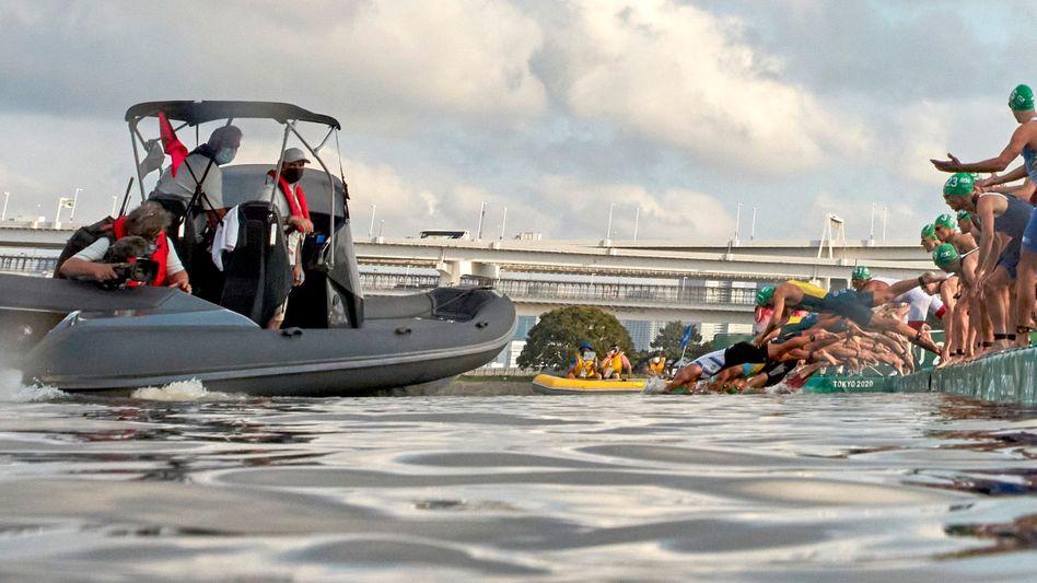 Panne bei Olympia: Ein Teil der Triathleten wurde durch ein Boot beim Start behindert