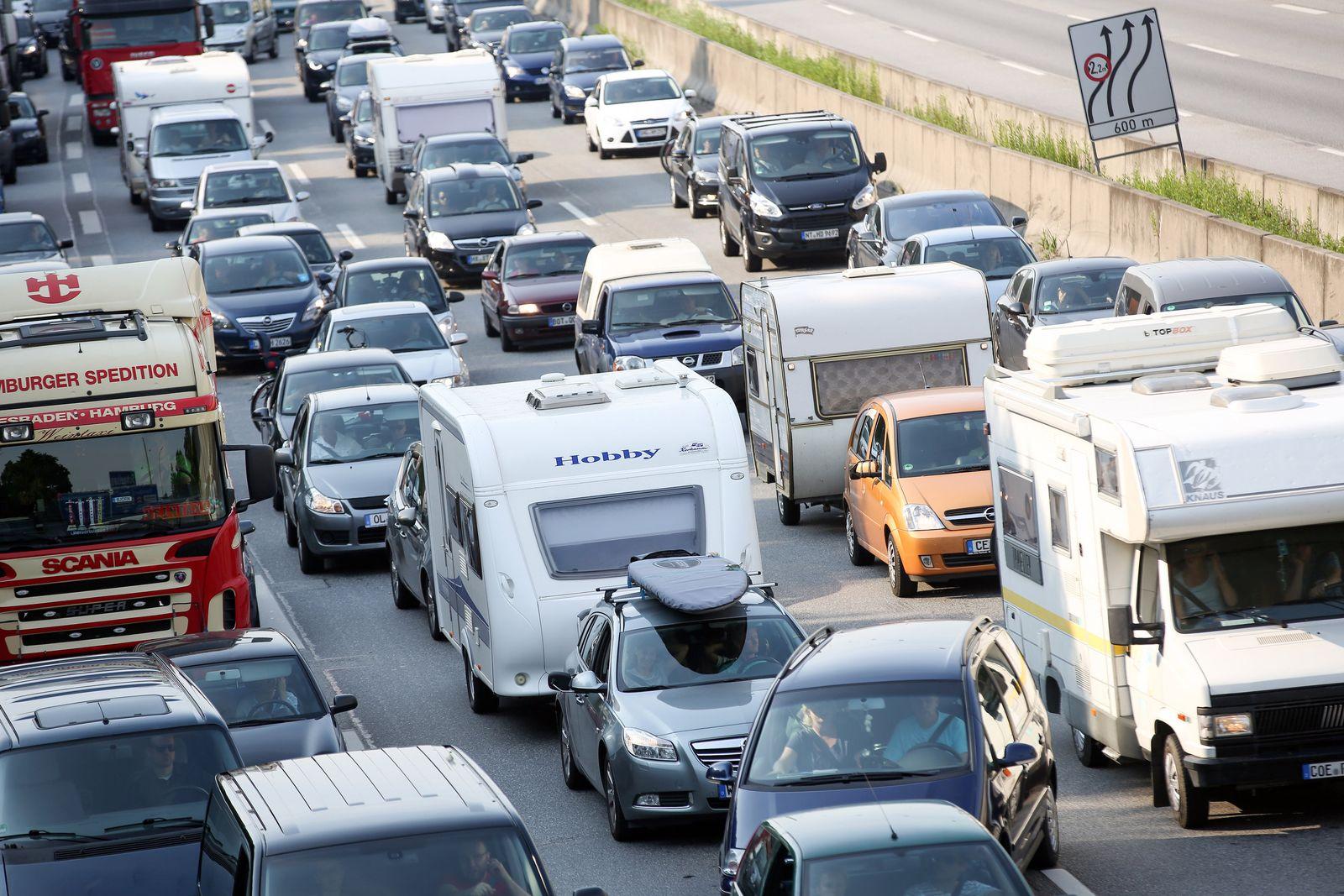 Stau wegen Vollsperrung der Autobahn 7