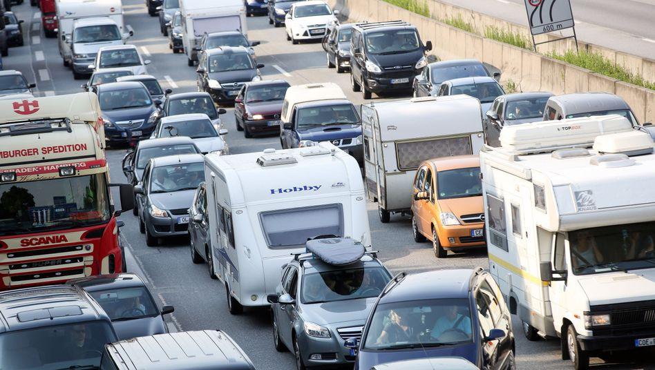 Stau auf der Autobahn 7 in Hamburg: Zusätzlich zum großen Verkehrsaufkommen behindern Brückenbauarbeiten den Verkehr