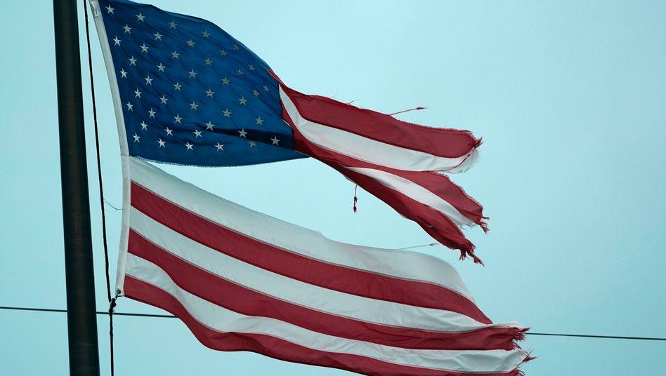 Den Sturm überstanden, aber nicht unbeschadet: US-amerikanische Flagge in Florida
