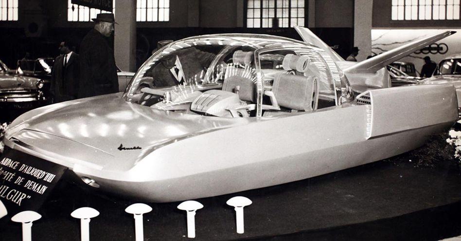 Eine mit Atomkraft betriebene Dampfturbine, Elektromotoren in den Hinterrädern, elektromagnetische Federung und Radarsteuerung — der Simca Fulgur trieb bei seiner Premiere 1959 die automobile Fantasie an ihre Grenze
