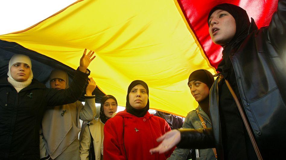 Streitfall Schleier: Muslimische Mädchen mit Kopftuch protestieren in Belgien gegen das geplante Burka-Verbot - das Tragen des Kopftuchs soll allerdings nicht untersagt werden