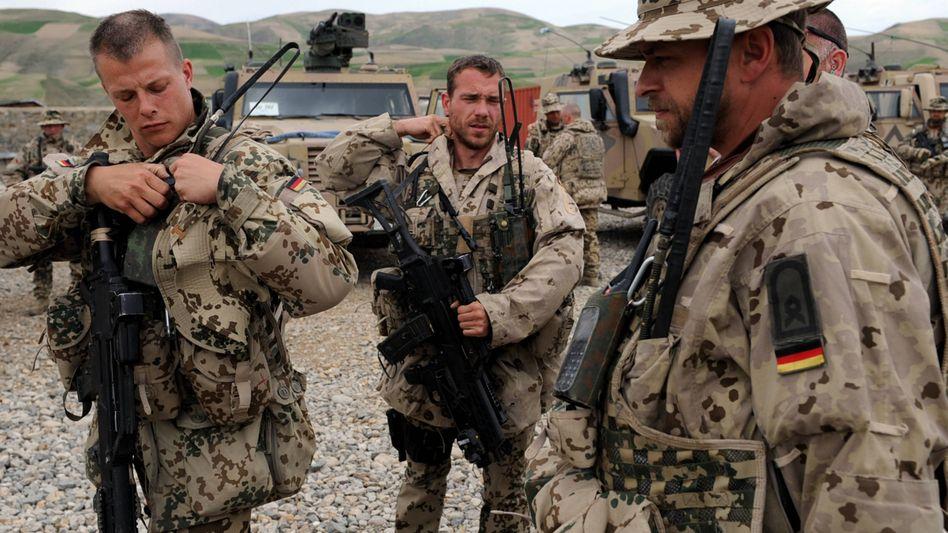 Bundeswehrsoldaten am Donnerstag in Faisabad: Kanzlerin Merkel will die Soldaten weiter dort kämpfen lassen