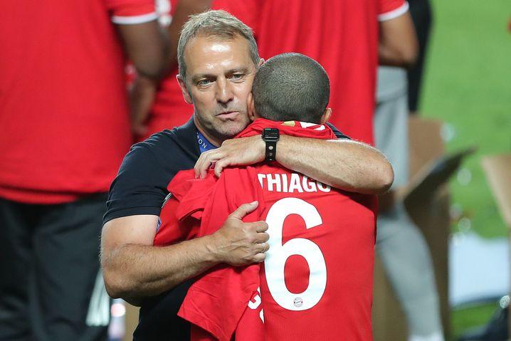 Trainer Hansi Flick umarmt Thiago nach dem Titelgewinn