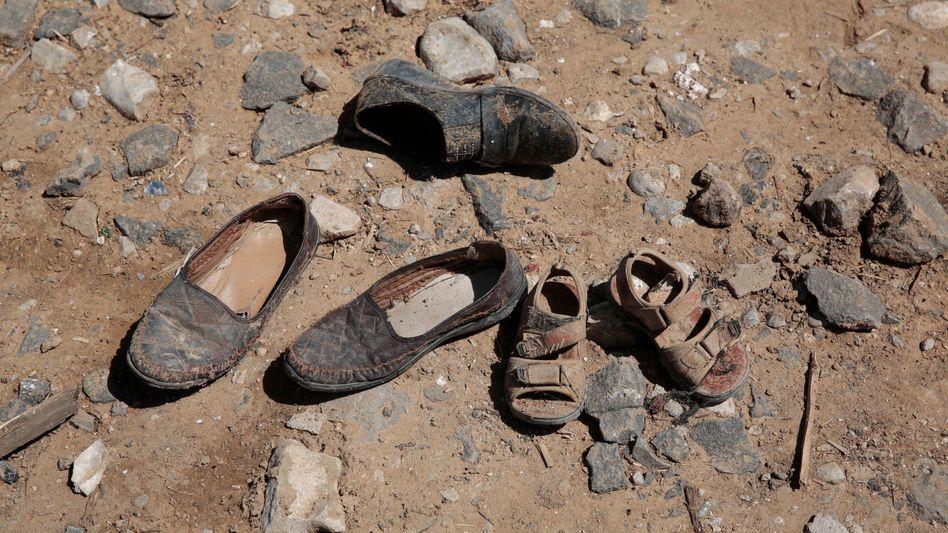 Schuhe von Opfern in der Nähe von Sanaa im Jemen nach einem Luftschlag von Saudi-Arabien (Archiv)