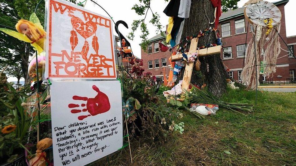 Gedenkstätte vor dem Internat von Kamloops: »Es geht nie wirklich weg«