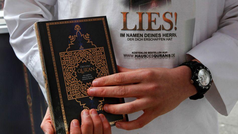 Salafist in Offenbach: Kostenlose Koran-Verteilung in mehr als 30 Städten