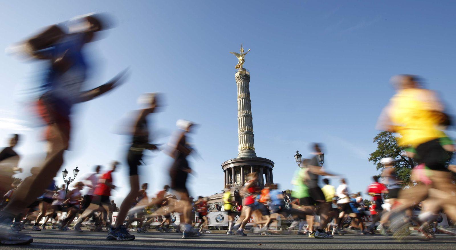 Berlin Marathon Läufer an Siegessäule