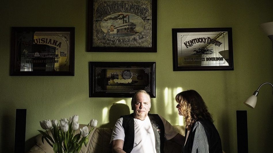Ehepaar S. in seiner Mietwohnung in Bremerhaven:»Trifft man auf Menschen, die arbeiten, fühlt man sich sofort minderwertig.«